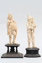 Joueur de vièle en ivoire sculpté en ronde-bosse. Prenant appui sur sa jambe droite