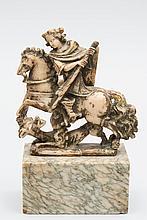 Saint Georges à cheval terrassant le dragon en albâtre sculpté en ronde-bosse avec restes de monochromie.