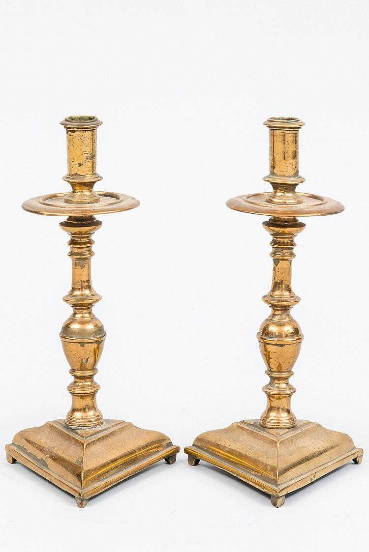 paire de chandeliers en bronze reposant sur une base triangu. Black Bedroom Furniture Sets. Home Design Ideas