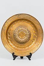Grand plat d'offrandes laiton à ombilic godronné en relief entouré d'une inscription ; marli godronné en creux et aile à motifs poinçonnés.