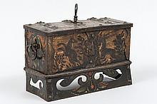 Coffret en fer forgé et polychromé à décor floral et d'animaux. Jupe ajourée ; serrure à deux pennes sous le couvercle ornée de plaques découpées et gravées ; poignées latérales ; clef.