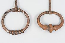Deux heurtoirs en fer forgé en forme d'anneau