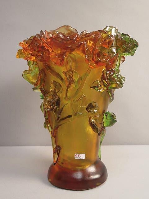 Vase en pate de verre d cor en relief d 39 un rosier grimpant for Decoration vase en verre