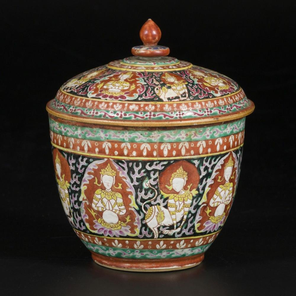 A porcelain famille rose jardinière in Bencharong-style for the Thai market, China, 19th century.