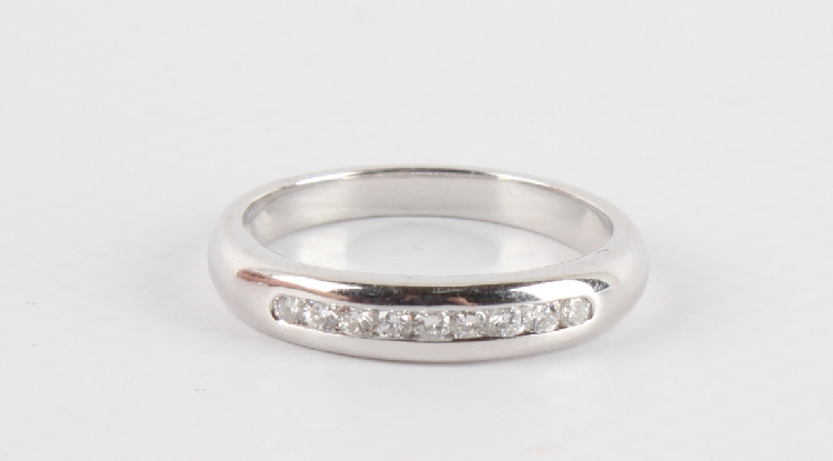 An 18 carat white gold diamond row ring 750 1000 gold