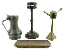 Een tinnen klepkan, een bronzen kandelaar, een koperen snotneus en een koperen pennenbak. (4)