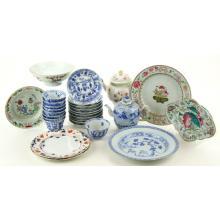 Een collectie theegoed, borden en theepotten.