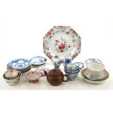 Een collectie divers porselein en een Yixing theepot.