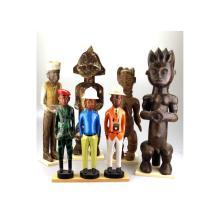 Vier houten beelden: 2 Bali en 1 Hermes, gekleurde beeldengroep.