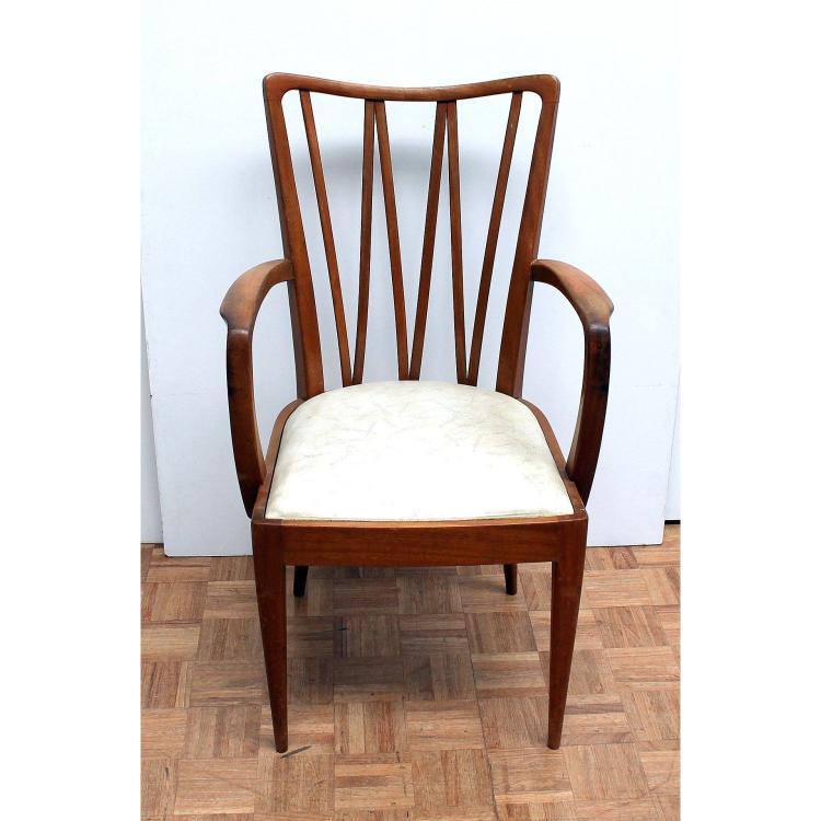 Een design bureau met stoel for Bureau stoel