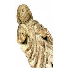 Een gesneden houten Christusbeeld.
