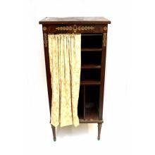 Een klein mahoniehouten boekenkastje.