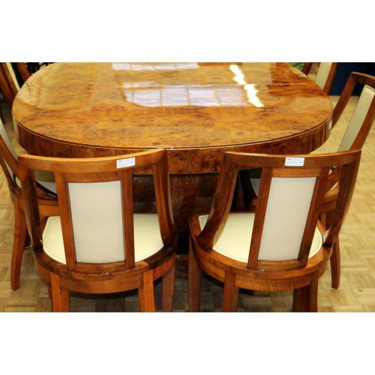 Lot 5522: Een grote notenhouten eettafel met acht stoelen.