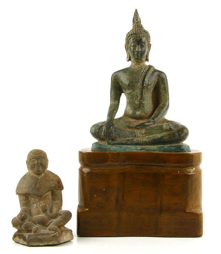 Twee diverse zittende boeddha 39 s - Terracotta sokkel ...
