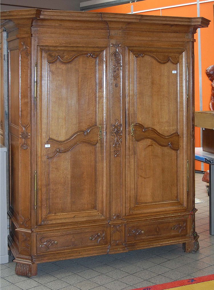 armoire r gionale du xviii me si cle ouvrant deux portes. Black Bedroom Furniture Sets. Home Design Ideas