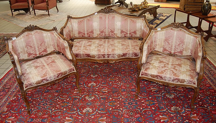 Canap et ses deux fauteuils en noyer sculpt de style loui for Canape et deux fauteuils