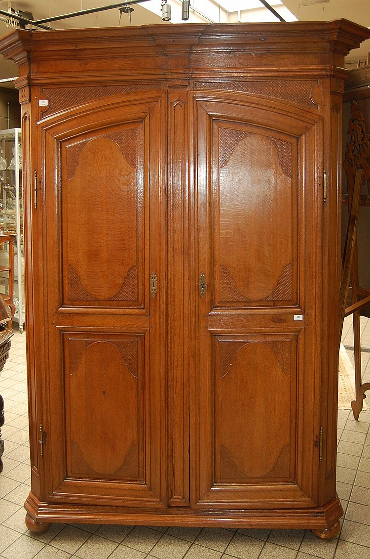 armoire r gionale en ch ne ouvrant deux portes les pans. Black Bedroom Furniture Sets. Home Design Ideas