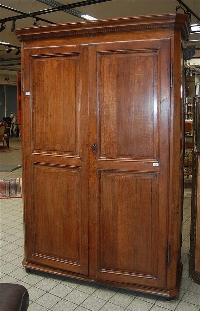 armoire du xviii me si cle en ch ne ouvrant deux portes p. Black Bedroom Furniture Sets. Home Design Ideas