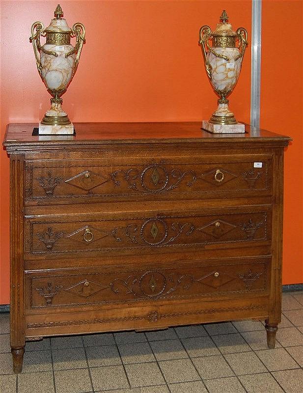 Commode en ch ne ouvrant trois tiroirs aux paniers fleuri - Commode trois tiroirs ...