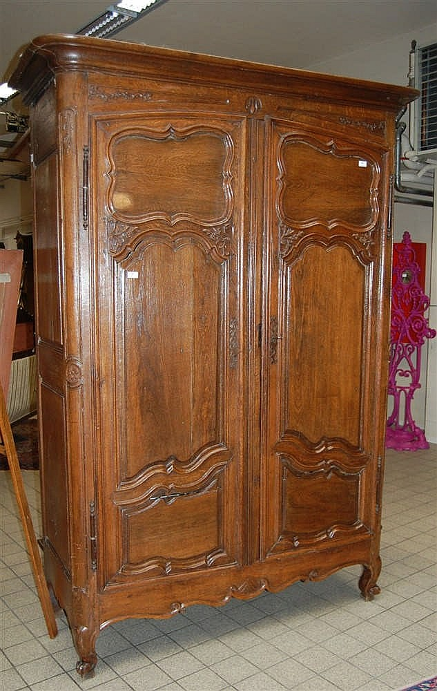 armoire r gionale du xviii me si cle en ch ne ouvrant deu. Black Bedroom Furniture Sets. Home Design Ideas