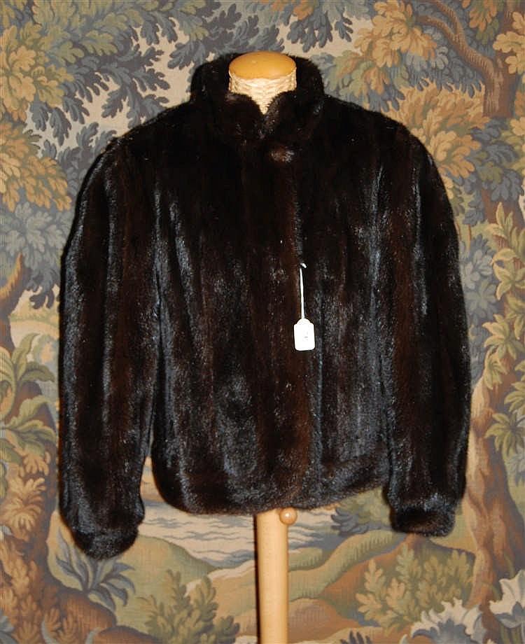 veste courte en vison brun fonc de la maison c vrancken. Black Bedroom Furniture Sets. Home Design Ideas
