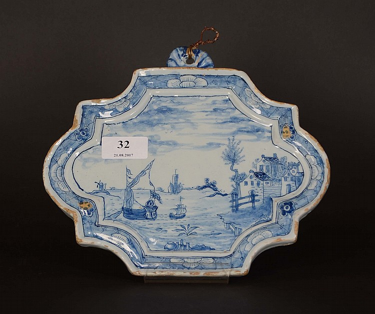 Delft xviii me si cle plaque murale chantourn e en fa ence for Plaque decorative murale