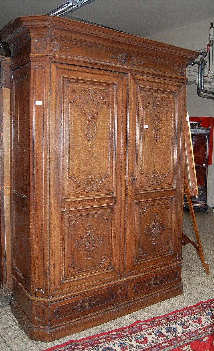 armoire r gence en ch ne sculpt ouvrant deux portes et d. Black Bedroom Furniture Sets. Home Design Ideas