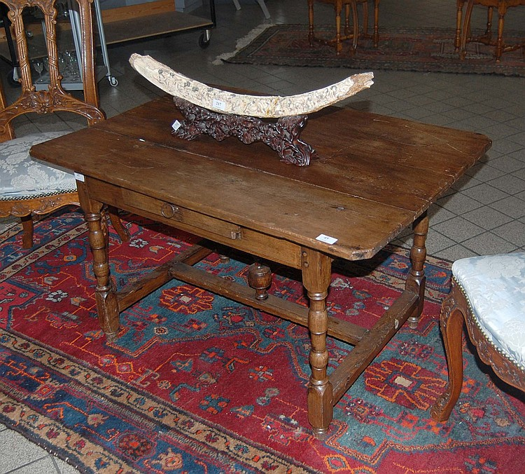Table basse de salon louis xiv en ch ne un tiroir et pied for Table basse chene blanchi