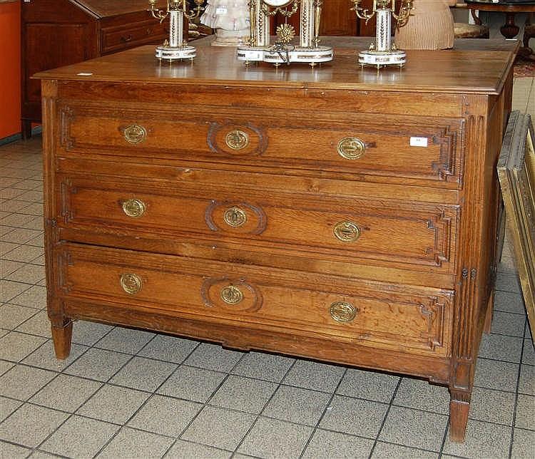 commode en ch ne sculpt ouvrant trois tiroirs pans dr. Black Bedroom Furniture Sets. Home Design Ideas