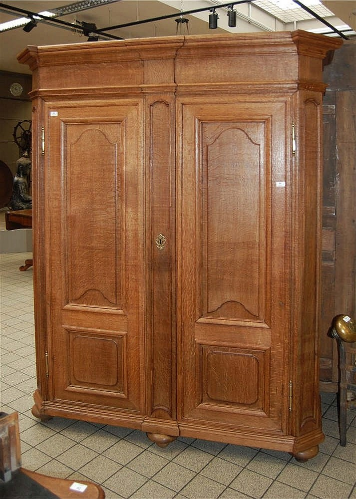 armoire en ch ne ouvrant deux portes les t tes ressaut. Black Bedroom Furniture Sets. Home Design Ideas