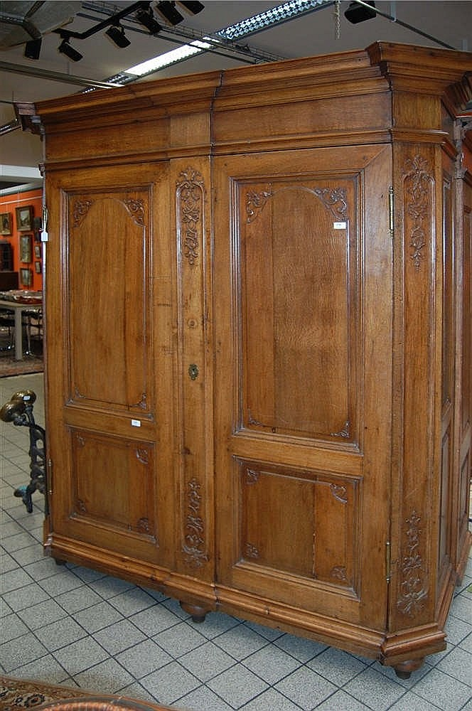 armoire en ch ne sculpt ouvrant deux portes les pans co. Black Bedroom Furniture Sets. Home Design Ideas