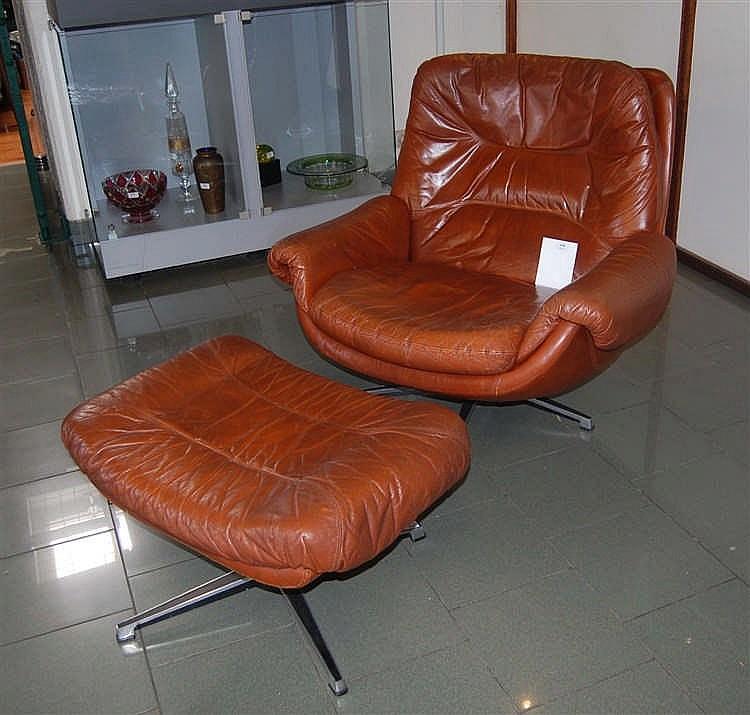 fauteuil vintage en cuir brun et son ottoman. Black Bedroom Furniture Sets. Home Design Ideas