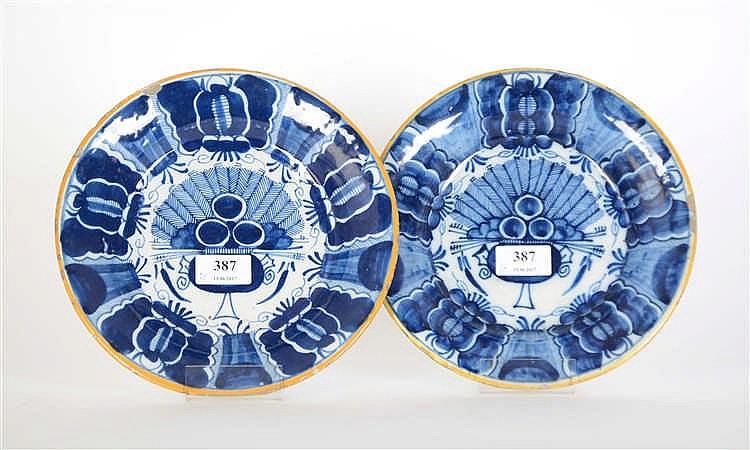 delftpaire d 39 assiettes rondes en fa ence blanche et bleue au. Black Bedroom Furniture Sets. Home Design Ideas