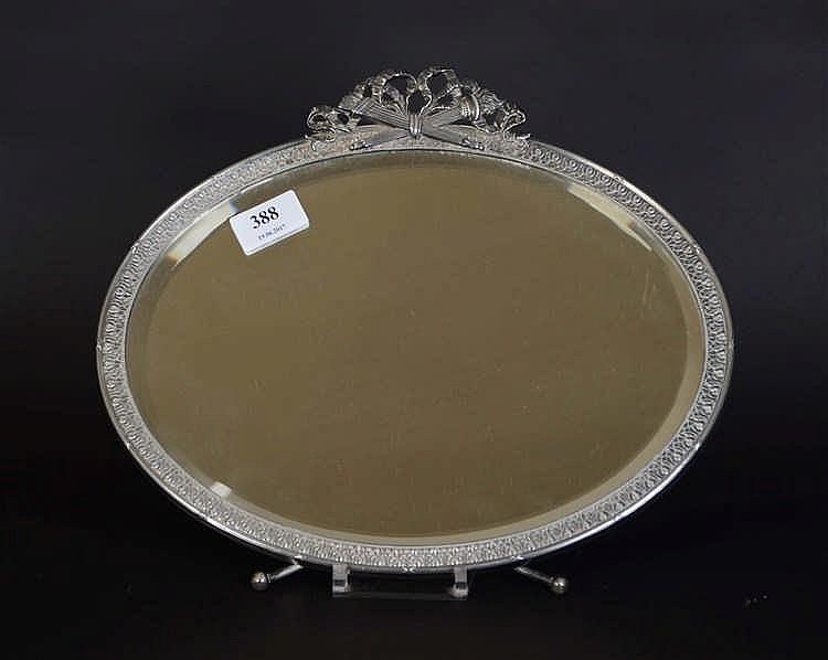 Miroir poser en m tal argent de style louis xvi au noeud for Miroir argente
