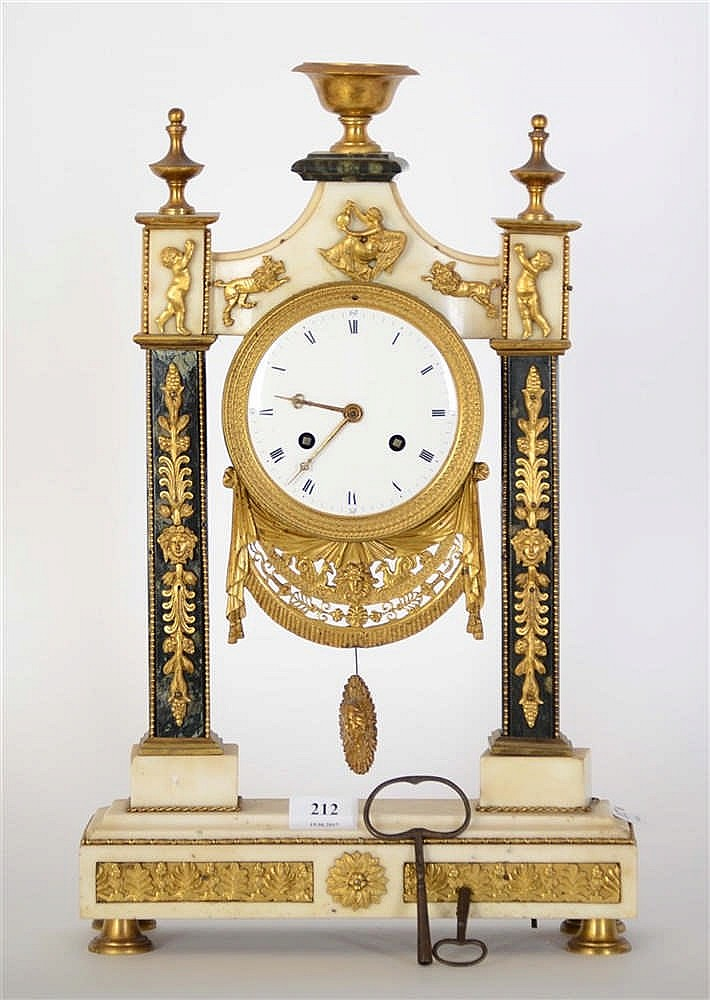horloge de chemin e portique en bronze dor marbre blanc et. Black Bedroom Furniture Sets. Home Design Ideas