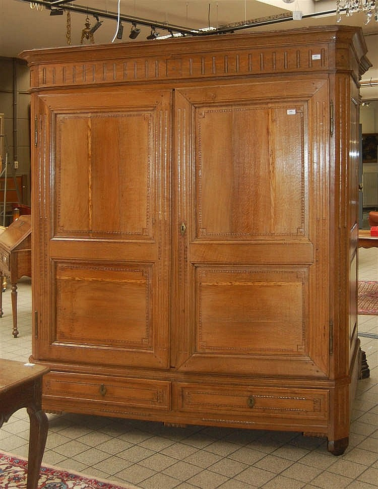 armoire en ch ne sculpt ouvrant deux portes et deux tiro. Black Bedroom Furniture Sets. Home Design Ideas