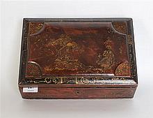 Coffret du XVIIIème siècle en bois de Spa laqué rouge, noir et or à décor animé ; le couvercle galbé - Restaurations - Longueur : 31 cm