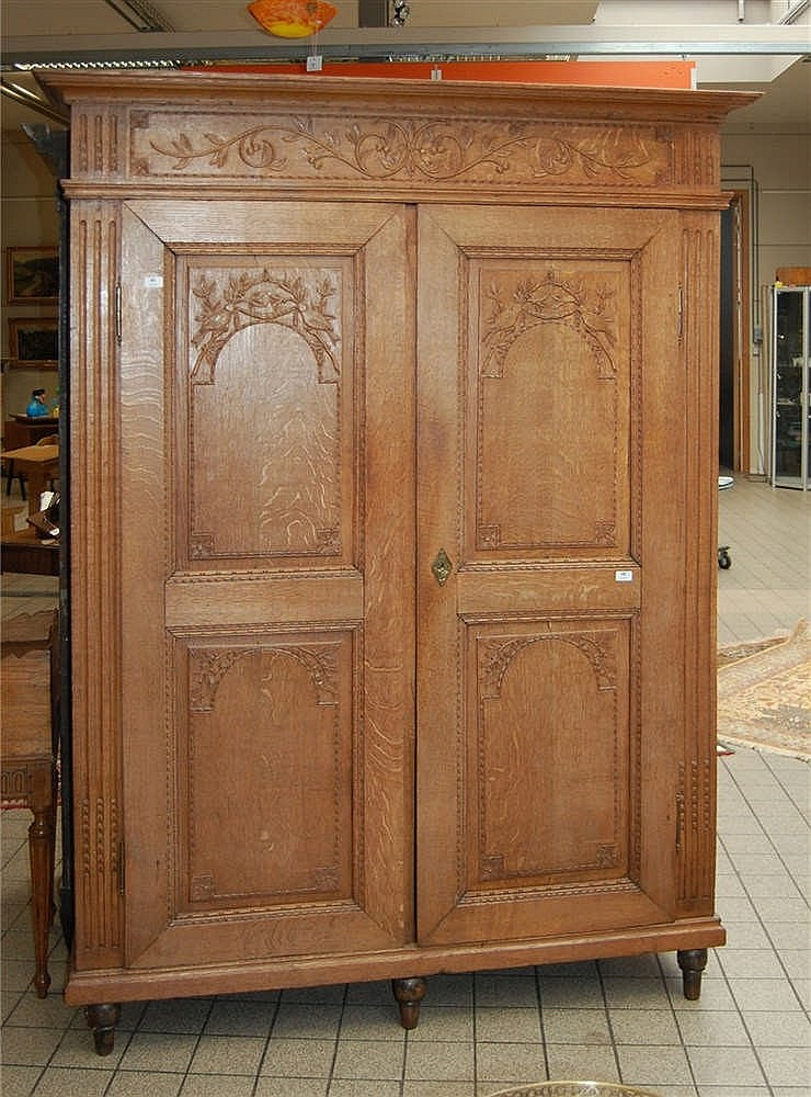 armoire en ch ne ouvrant deux portes sculpt es aux oiseau. Black Bedroom Furniture Sets. Home Design Ideas