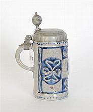 Chope du XVIIème siècle en grès gris bleu à décor en relief, à couvercle à poucier en étain - Hauteur : 26 cm