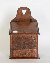 Boîte à sel du XVIIIème siècle en chêne sculpté