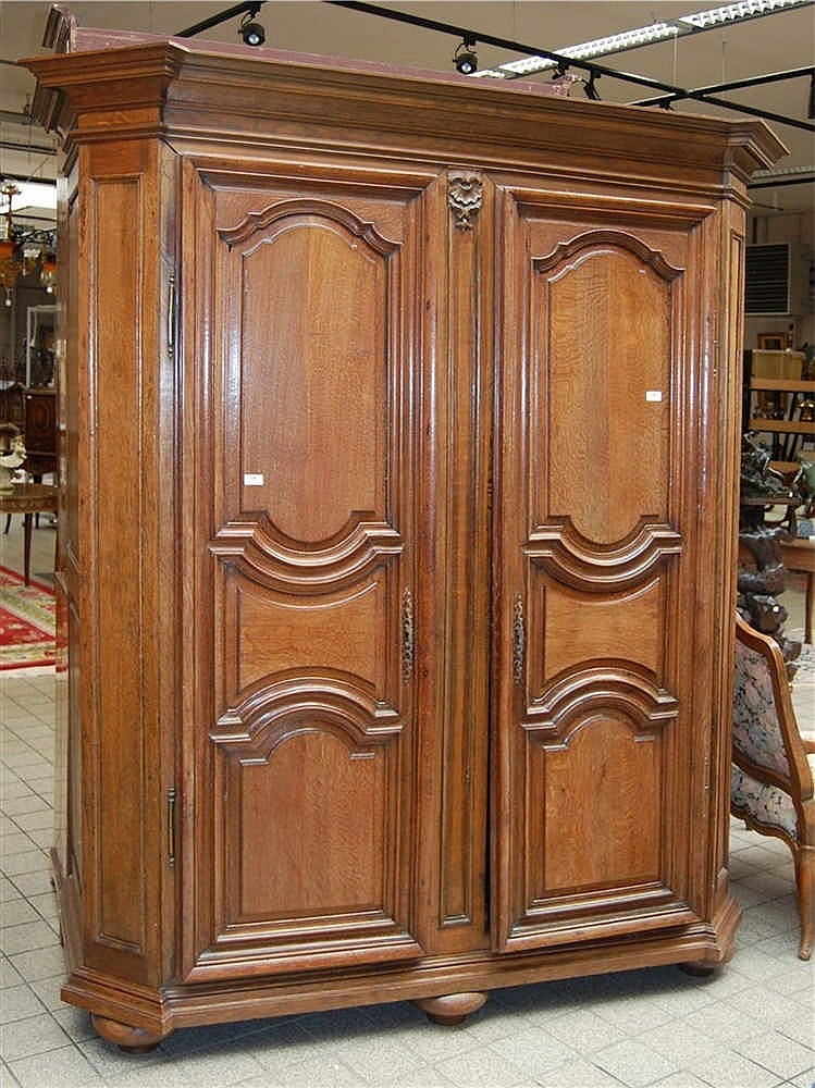 armoire du xviii me si cle en ch ne panneaut. Black Bedroom Furniture Sets. Home Design Ideas