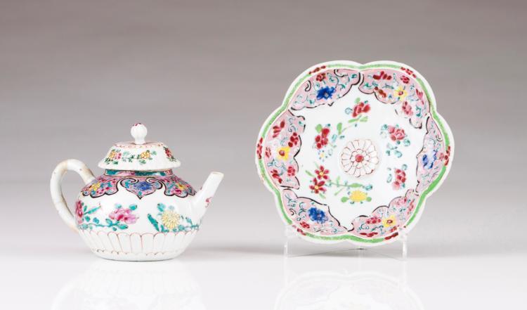 A tea pot with saucer