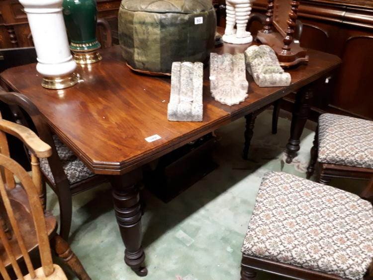 Edwardian mahogany dining room table raised on turned legs : H3953 L133449128 from www.invaluable.co.uk size 750 x 562 jpeg 67kB