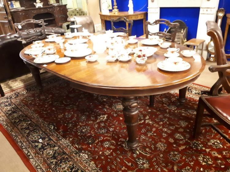 William IV Mahogany dining room table raised on turned legs : H3953 L135941723 from www.invaluable.co.uk size 750 x 562 jpeg 83kB