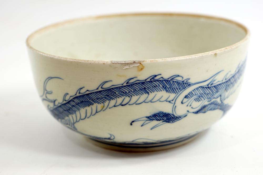 Japanese porcelain bowl with illustration of a Meiji period dragon diameter 18 height 8.5 cm
