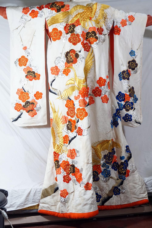 Traditional Japanese Wedding Kimono Handmade Tissue Gold Thread Decorations Symbols from Japanese Culture Size 130 * 182cm