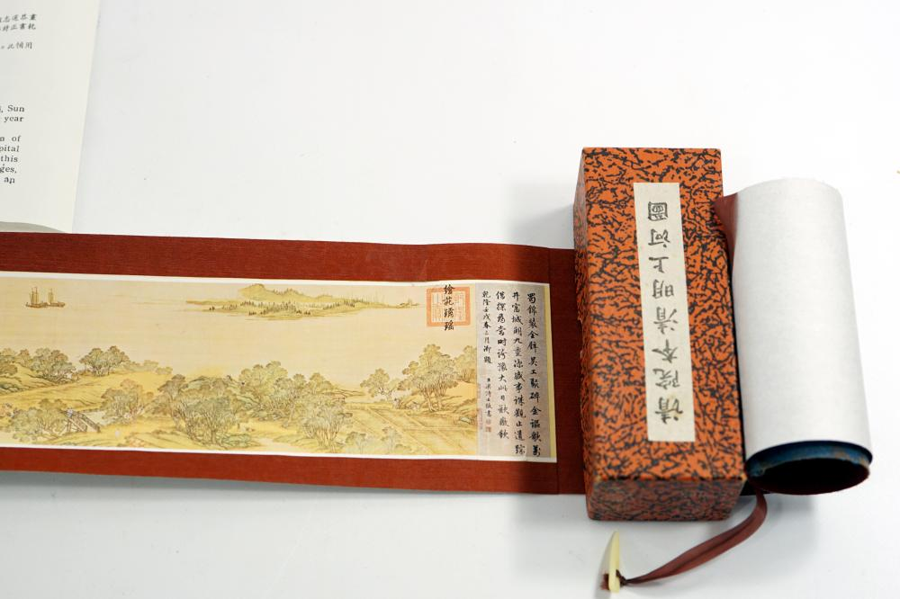 A painted Japanese scroll made of 12 cm wide fabric