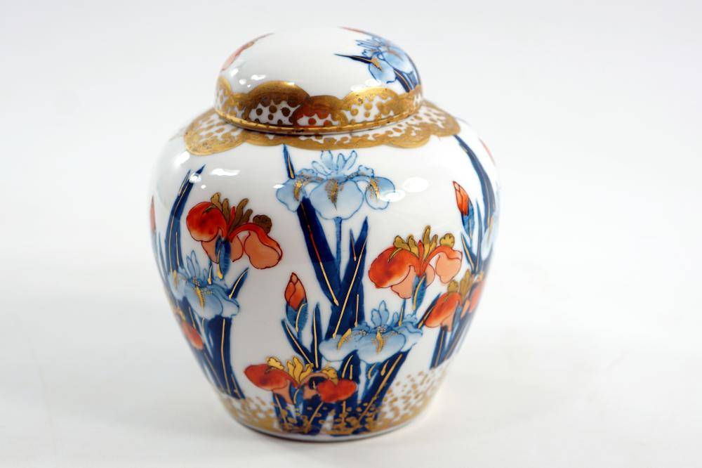 Porcelain utensils for Japanese ginger with a lid decorated by an artist's hand signed in the Imri style