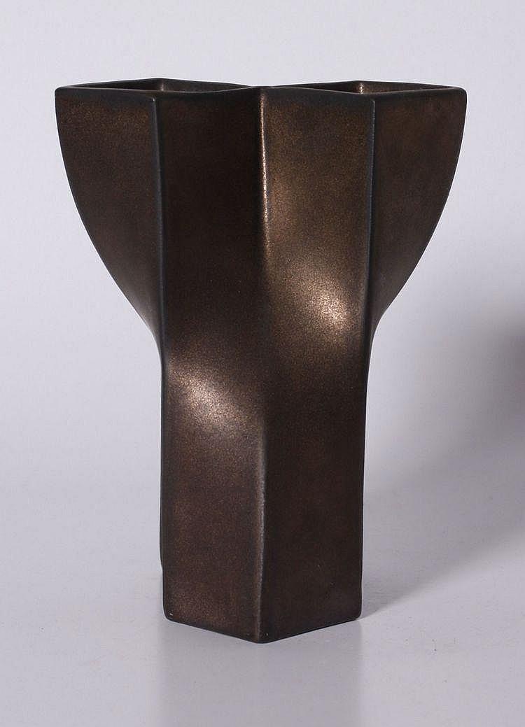 Een bronskleurige geglazuurde steengoed tulpenvaas