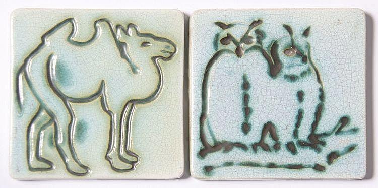 Twee tegels met afbeeldingen in reliëf van een